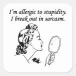 Soy alérgico a la estupidez calcomanía cuadrada personalizada