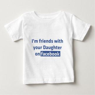 Soy amigos con su hija en facebook playera de bebé