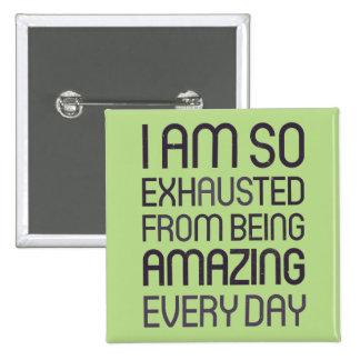 Soy así que agotado de ser asombroso cada día pin cuadrada 5 cm
