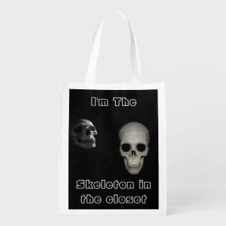 Soy el esqueleto en el bolso echado a un lado del bolsa para la compra