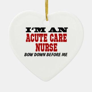 Soy enfermera aguda del cuidado arqueo abajo antes adorno navideño de cerámica en forma de corazón