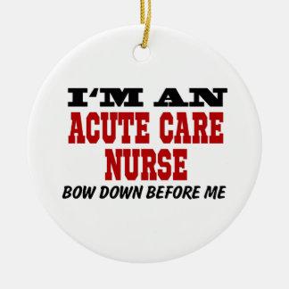Soy enfermera aguda del cuidado arqueo abajo antes adorno navideño redondo de cerámica