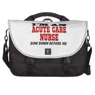 Soy enfermera aguda del cuidado arqueo abajo antes bolsa para ordenador