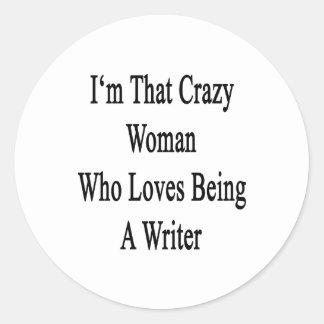 Soy esa mujer loca que ama el ser escritor pegatina redonda
