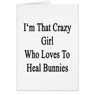 Soy ese chica loco que ama curar conejitos tarjeta de felicitación