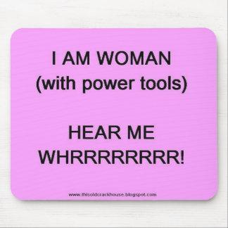 Soy la mujer (con las herramientas eléctricas) mouse pads
