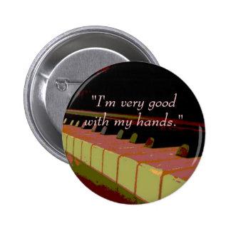 """""""Soy muy bueno con mis manos."""" (llaves del piano) Pin Redondo De 2 Pulgadas"""