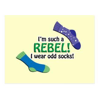 ¡Soy tal rebelde, yo llevo calcetines impares! Postal