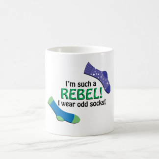 ¡Soy tal rebelde, yo llevo calcetines impares! Taza Básica Blanca