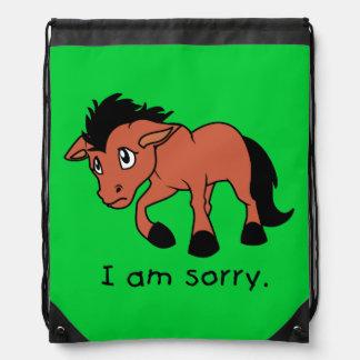 Soy taza joven gritadora triste del caballo del mochilas