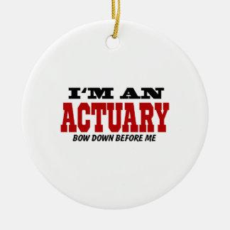 Soy un actuario arqueo abajo antes de mí adorno navideño redondo de cerámica