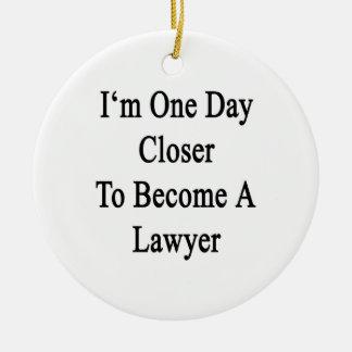 Soy un día más cercano a hago abogado adorno redondo de cerámica
