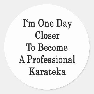 Soy un día más cercano a hago un karate profesiona etiquetas redondas