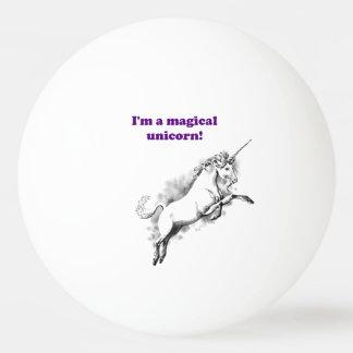 Soy un dibujo animado divertido del unicornio pelota de tenis de mesa