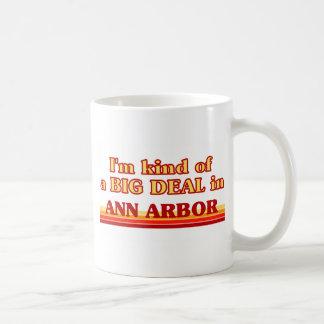 Soy un poco una GRAN COSA en Ann Arbor Taza Básica Blanca