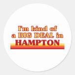 Soy un poco una GRAN COSA en Hampton Pegatina Redonda