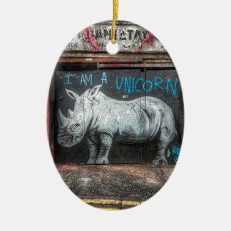 Soy un unicornio, pintada de Shoreditch (Londres) Adorno Navideño Ovalado De Cerámica