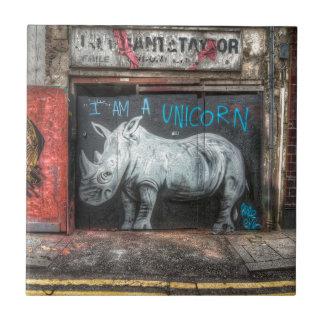 Soy un unicornio, pintada de Shoreditch (Londres) Azulejo Cuadrado Pequeño