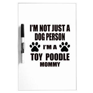 Soy una mamá del caniche de juguete pizarra blanca