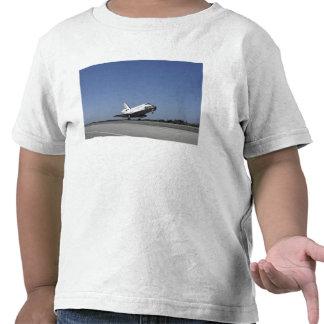 Space shuttle Atlantis approaching Runway 33 Shirts