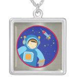 Spaceboy que flota fuera de la nave espacial joyerias personalizadas