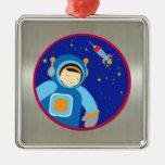 Spaceboy que flota fuera de la nave espacial ornato