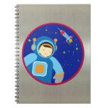 Spaceboy que flota fuera de la nave espacial libretas espirales