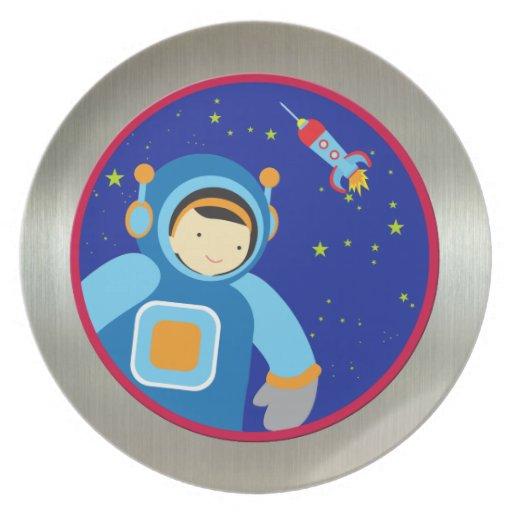 Spaceboy que flota fuera de la nave espacial platos