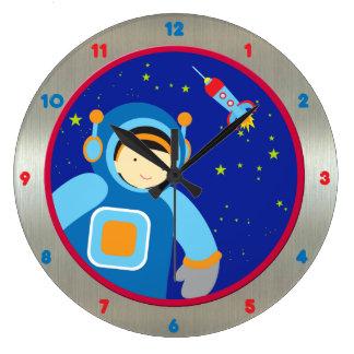 Spaceboy que flota fuera de la nave espacial relojes de pared
