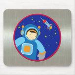 Spaceboy que flota fuera de la nave espacial alfombrilla de ratón