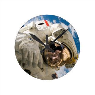 Spacewalk del vendedor de los embarcaderos reloj redondo mediano