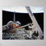 Spacwalk a bordo del transbordador espacial Columb Posters