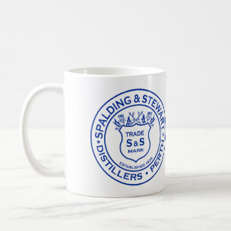 Spalding y logotipo del vintage de la destilería taza básica blanca