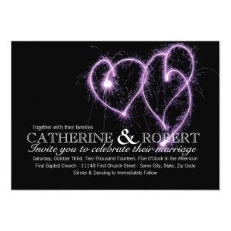 Sparklers de los corazones de la púrpura dos que invitación personalizada