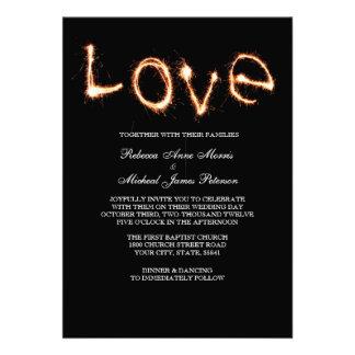 Sparklers románticos del amor que casan la invitac