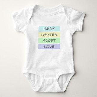 Spay el neutro adoptan amor mameluco de bebé