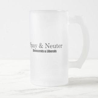 Spay y neutralice a los liberales taza de cristal