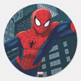 Spider-Man que balancea a través en el centro de Pegatina Redonda