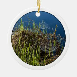 Spiderwebs en el lago adorno navideño redondo de cerámica