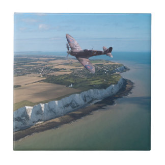 Spitfire sobre la costa inglesa azulejo cuadrado pequeño