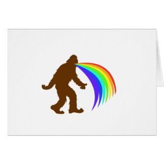Squatch Barfing un arco iris Tarjetón