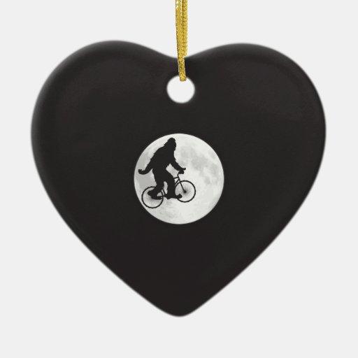 Squatch en una bici en cielo con la camiseta de la adorno navideño de cerámica en forma de corazón