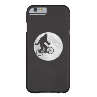 Squatch en una bici en cielo con la camiseta de la funda de iPhone 6 barely there