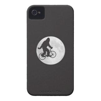Squatch en una bici en cielo con la camiseta de la iPhone 4 cárcasa