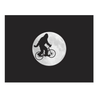 Squatch en una bici en cielo con la camiseta de la tarjeta postal