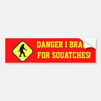 Squatches del peligro a continuación pegatina de parachoque
