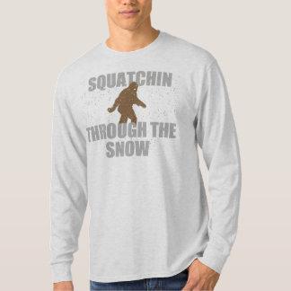 Squatchin a través de la camiseta de la nieve playera