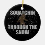 Squatchin a través del ornamento de Sasquatch de l Ornamentos De Reyes