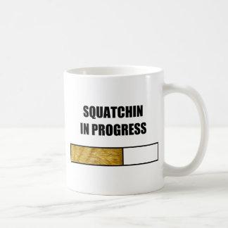 Squatchin en curso taza