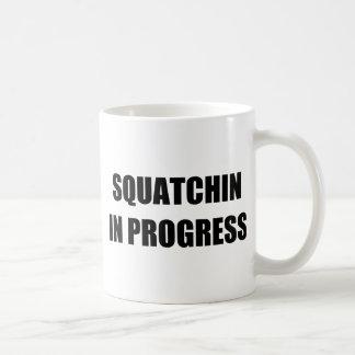Squatchin en curso taza de café